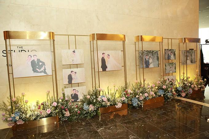 Dọc sảnh tiệc là ảnh cưới của Quỳnh Anh - Duy Mạnh.