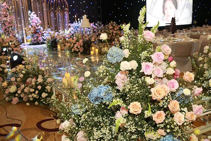 Dàn hoa tươi gồm cẩm tú cầu, hoa hồng, hoa baby được bố trí dọc lễ đường cưới, giúp cô dâu chú rể có được hôn lễ cổ tích.