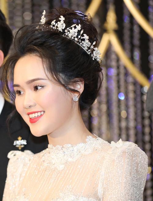 Ngoài bộ cánh điểm pha lê thuộc dòng Haute Couture từ Phương Linh, cô dâu còn gây chú ý với layout makeup đính đá. Lối trang điểm giúp làm nổi bật vẻ nhẹ nhàng, tinh khôi của cô dâu mới.