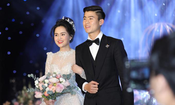 Cô dâu chọn kiểu tóc búi cao, vương miện đội đầu và không sử dụng voan cưới để xuất hiện trong tiệc cưới tối.