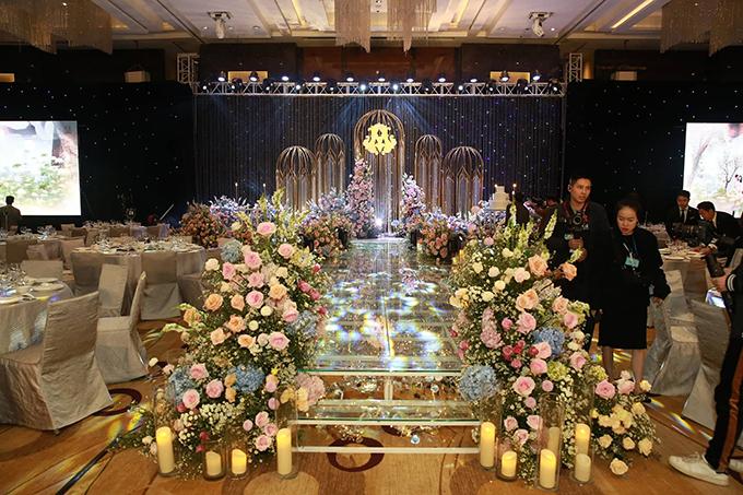 Tối 9/2, công tác trang trí cho hội trường cưới của Duy Mạnh - Quỳnh Anh đã được hoàn tất. Nơi đây chính là địa điểm mà uyên ương gặp gỡ nhau lần đầu tiên vào tháng 7/2015.