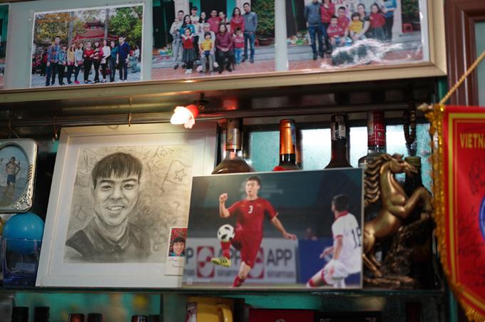 Bên cạnh tủ là nhiều tấm hình chụp Duy Mạnh bên gia đình, lúc thi đấu thể thao và tranh chân dung của anh.