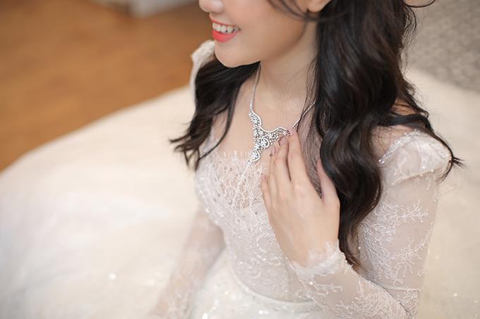 Ảnh 3: Trong buổi sáng, cô dâu được mẹ tặng dây chuyền trị giá 34.200 USD (hơn 792 triệu đồng), có tổng cộng 186 viên kim cương, từng xuất hiện trong một video đập hộp trước đó của Công chúa béo - nickname của cô dâu Quỳnh Anh.