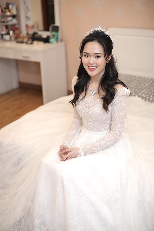 Ảnh 4: Về lễ phục, cô dâu chọn diện váy cưới đến từ NTK Chung Thanh Phong.Tay váy dài giúp cô dâu giữ ấm cơ thể trong tiết trời đông lạnh giá.