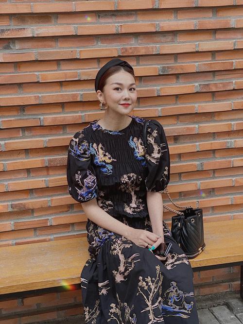 Bờm, băng đô vải quấn đơn giản, tông màu đơn sắc được siêu mẫu phối cùng nhiều mẫu váy áo đa dạng.