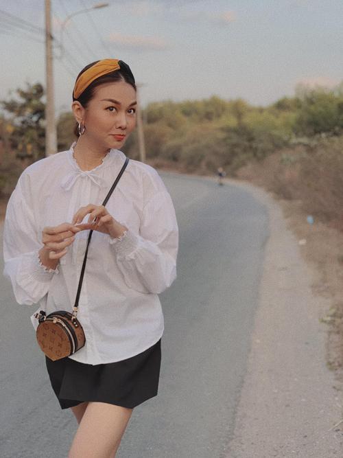 Ở mùa thời trang 2020, các kiểu băng đô vải vẫn được yêu thích vì thế chị em công sở có thể tham khảo cách phối phụ kiện này để giúp mình duyên dáng hơn trong nắng hè.