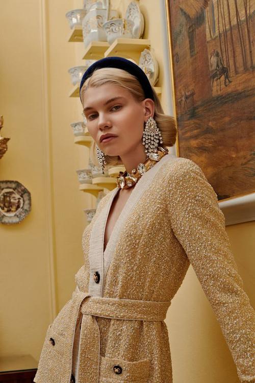 Khi chọn trang phục tham gia tiệc tùng, mẫu bờm hot trend cũng thể hiện sự hài hòa cùng nhiều set đồ tôn nét sang trọng và quyến rũ.