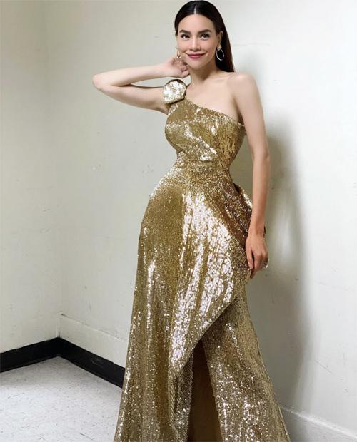Váy ánh kim với phần cắt ráp, tạo phom tinh tế giúp vòng eo của Hồ Ngọc Hà là điểm nhấn khiến người đối diện khó rời mắt.