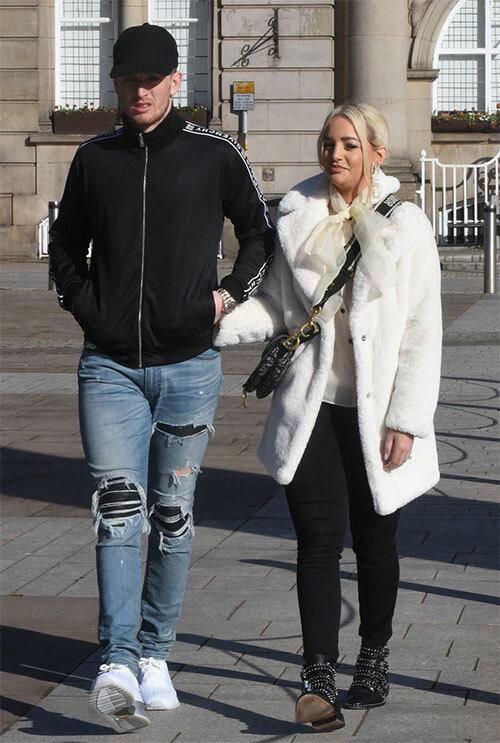 Thủ môn đang khoác áo Everton tay trong tay với bạn gái lâu năm tới văn phòng đăng ký ở