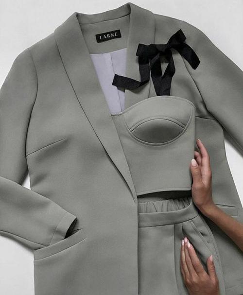 Bên cạnh việc diện vest cùng sơ mi, áo blouse, cách mix suit với crop-top thường mang lại sự trẻ trung và sexy cho phái đẹp.