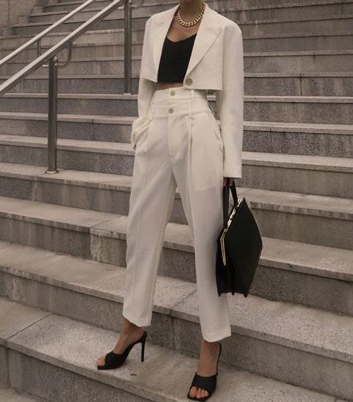 Song song với các mẫu áo rộng thùng thình theo phong cách cổ điển là sự xuất hiện trở lại của blazer dáng lửng.