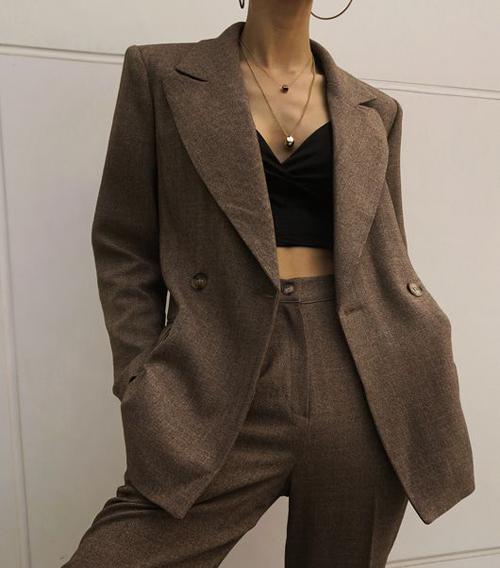 Dù diện áo bra, crop-top hay áo quây khoe vai trần, quần lưng cao luôn là người bạn đồng hành lý tưởng khi phối đồ cùng áo hở eo.