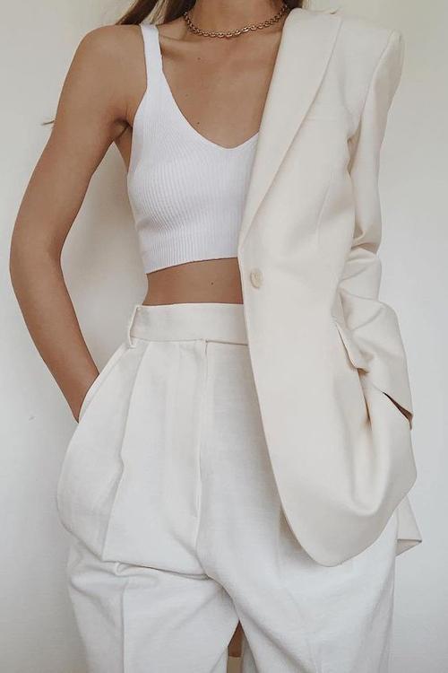 Suit trắng và màu trung tính vẫn là các tông màu được ưa chuộng nhất. Với set đồ này các nàng có thể sử dụng để tham gia các buổi tiệc nhẹ mùa hè.