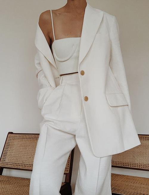 Cách phối hợp đồng điệu sắc màu giữa áo hở eo đi cùng suit là công thức đơn giản và thông dụng nhất.