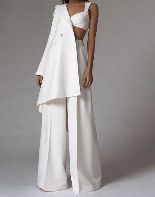 Blazer dáng rộng, quần ống suông và áo hở eo dáng bra cho các nàng có chiều cao lý tưởng, vóc dáng mảnh dẻ.