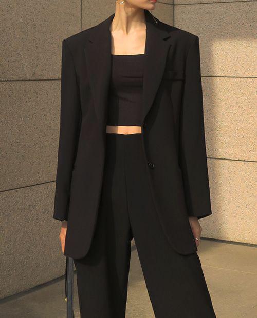 Áo blazer vai thô đang là sản phẩm được các tín đồ thời trang thế giới ưa chuộng. Nếu muốn hình ảnh của mình thêm ấn tượng hơn thì các nàng có thể chọn áo ống tiệp màu để mix đồ.