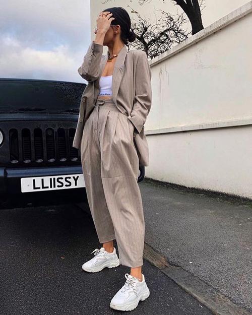 Phong cách năng động và khỏe khoắn với áo crop-top thể thao mix cùng bộ suit dáng rộng và giày sneaker.