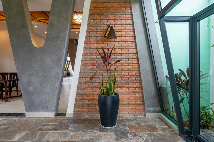 Đèn tường được thiết kế với hình thức phù hợp tạo hình của ngôi nhà, là hai chữ A ghép với nhau, một chữ mảnh, một chữ đặc. Chiếc đèn ngụ ý về sự hòa hợp, bổ sung lẫn nhau của vợ chồng chủ nhà.