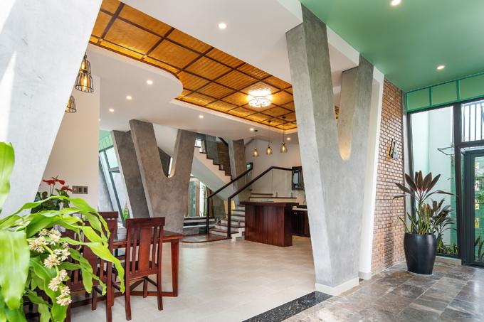 Các kết cấu chịu lực được dùng màu bê tông thô ráp, một số mảng tường gạch giữ nguyên hình ảnh vật liệu mà không cần trát hay sơn, giúptạo cảm giác không gian thô mộc, gần gũi và hình thành nhiều điểm nhấn thị giác trong cũng như ngoài nhà.