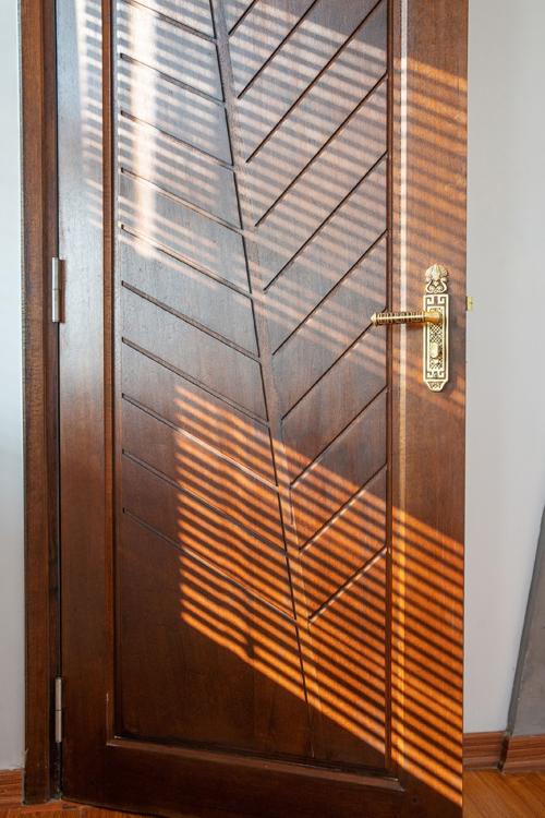 Các cửa ra vào được khéo léo tạo điểm nhấn với hình ảnh lá dừa cách điệu.