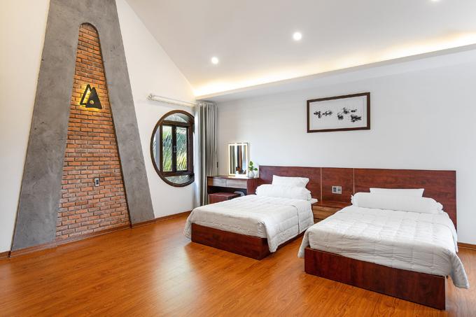 Trong phòng ngủ, các cột nghiêng trở thành điểm nhấn trang trí.