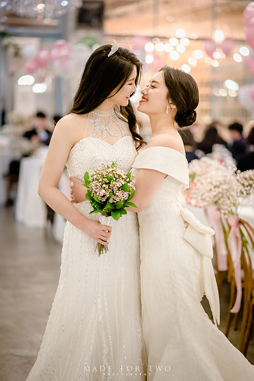 Đang đi nghỉ tuần trăng mật tại đảo Guam nhưng cảm xúc về ngày trọng đại của Lee Hye-ri vẫn đong đầy. Bởi đó là một lễ cưới đặc biệt giữa hai cô gái, diễn ra tại Seoul, Hàn Quốc - nơi mà hôn nhân đồng tính chưa được luật pháp thông qua.