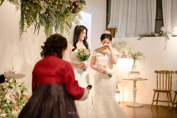 Chúng tôi đã dành cho nhau 3.790 nụ hôn tính tới ngày thông báo đám cưới, Lee khoe trên trang cá nhân của mình như vậy và chia sẻ thêm rằng cô cảm thấy rất hạnh phúc khi cuộc hôn nhân này còn nhận được sự ủng hộ hoàn toàn từ mẹ cô.Ngoài việc xuất hiện và ngồi ở hàng ghế đầutrong đám cưới, mẹ của Lee Hye-ri còn gửi cho cô cùng bạn đời một bức thư với những lời nhắnxúc động