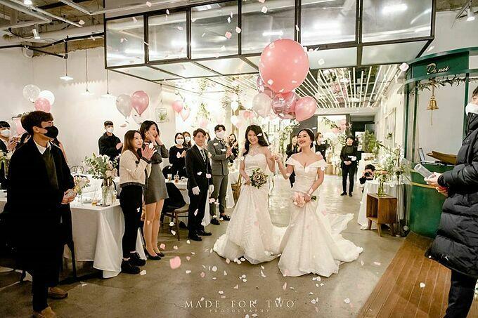 Lee Hye-ri và bạn gái của cô - người được gọi với cái tên viết tắt là J, đã có hơn một năm chung sống trước khi tổ chức đám cưới hôm 28/2. Trong khi Lee đã thoải mái công khai với mọi người về giới tính của mình thì J vẫn chưa sẵn sàng cho chuyện này. Tuy vậy, cả hai vẫn quyết định làm lễ cưới trước sự chứng kiến của mọi người, bởi theo Lee Hye-ri: Khi tôi bắt đầu sống với người mình yêu, tôi muốn chịu trách nhiệm cho cuộc sống của nhau.