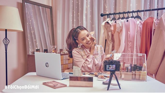 Beauty blogger thường xuất hiện rạng rỡ trong các video.