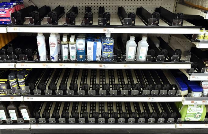 Gian hàng các sản phẩm nước rửa tay, xịt sát khuẩn, dung dịch rửa tay khô hôm 3/3cũng trống rỗngtại siêu thị Target ởEverett, bang Massachusetts.