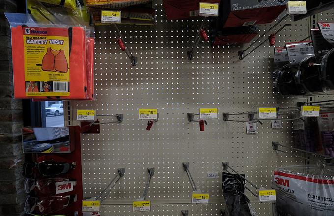 Khu vựckhẩu trang trong siêu thị ở Oregon chỉ còn trơ lại những chiếc móc treo.