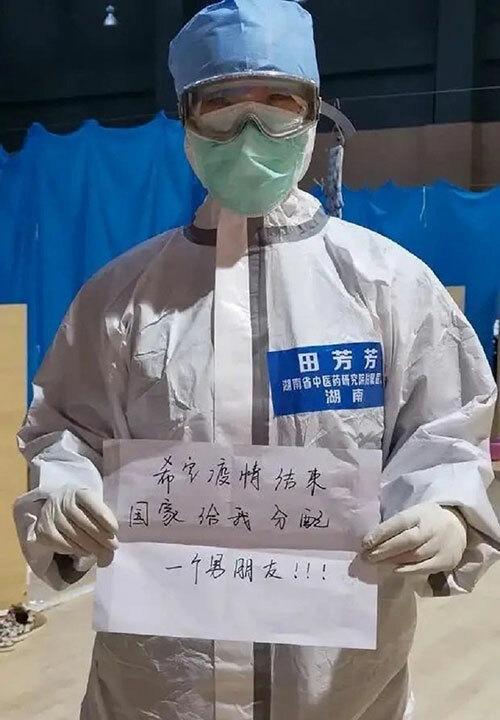 Tian Fangfang làm việc tại bệnh việnDahuashan Fang Cang ở quận Giang Hạ, Vũ Hán và tấm bảng đòi bạn trai sau khi hết Covid-19. Ảnh: Weibo.