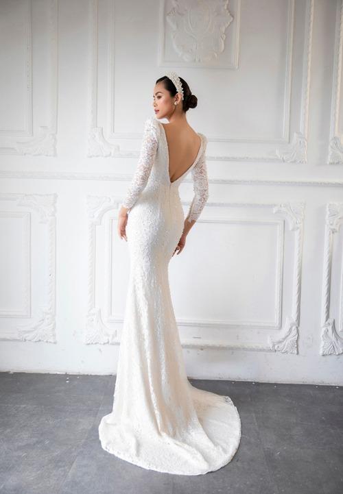 Thiết kế hở lưng tôn nét đẹp nước da khỏe khoắn của cô dâu.
