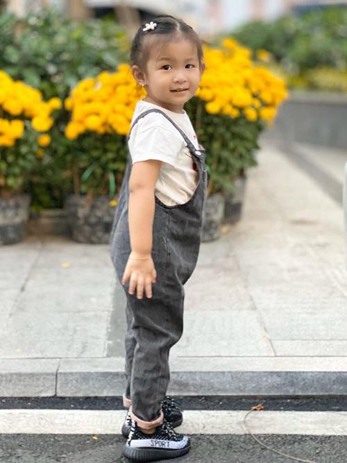 Nhân ngày sinh nhật bé Bì, Lam Trường nói yêu con vô cùng và đăng một số tấm ảnh Yên Lam chạy nhảy tinh nghịch trong những bộ đồ năng động.