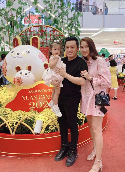 Sau khi kết hôn, Lam Trường là trụ cột kinh tế của gia đình để bà xã 9X có nhiều thời gian chăm lo cho con gái.Yến Phương cũng không quá coi trọng việc kiếm tiền. Mỗi khi có thời gian rảnh, cô bán hàng online để không có cảm giác ăn không ngồi rồi.
