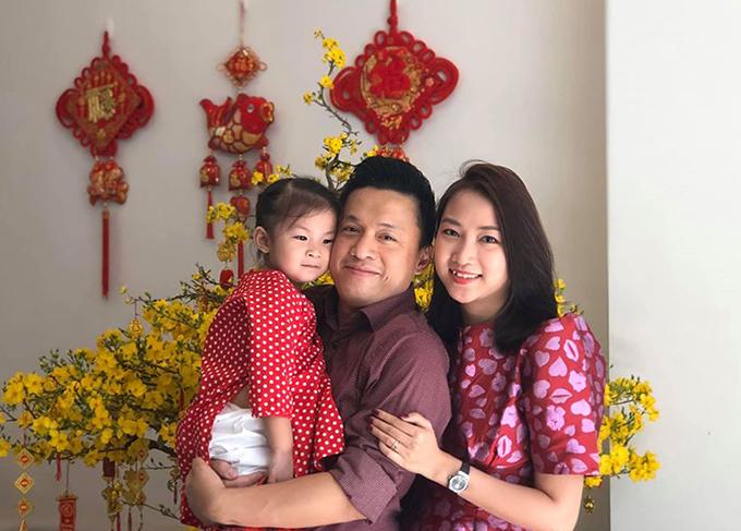 Phoebe là trái ngọt trong cuộc hôn nhân của ca sĩ Lam Trường và bà xã kém 17 tuổi Yến Phương. Cô bé vừa tròn ba tuổi hôm 4/3, có tên tiếng Việt là Yên Lam và thường được bố mẹ gọi là Bì.