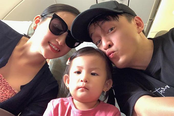 Phoebesinh ra tại Mỹ và được bố mẹ đưa về Việt Nam hơn một năm nay để gần gũi ông bà và họ hàng. Trong khi đó, Lam Trường vẫn đi lại giữa Mỹ và Việt Nam để chạy show.