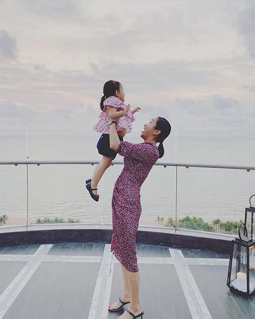 Yến Phương, bà xã kém 17 tuổi của Lam Trường, gọi con gái là có tài nịnh nọt đến mức khiến tảng băng lạnh giá như ông ngoại cũng phải tan chảy. Vợ chồng Lam Trường mong con luôn mạnh khỏe, bình an và giữ được sự ngọt ngào như bây giờ.