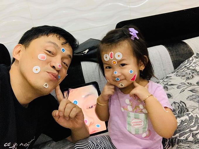 Ở tuổi U50, anh chẳng ngại dán stickers đầy mặt để chiều lòng con gái ba tuổi. Nam ca sĩ cho biết, vợ chồng anh dù cực nhọc thế nào cũng chịu được vì có động lực là con gái Yên Lam. Anh chỉ cần nhìn thấy nụ cười đáng yêu của con là mọi mệt mỏi tan biến.
