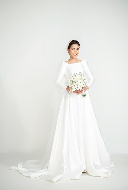 Nếu e ngại việc lộ xương quai xanh, bạn có thể chọn váy cưới tối giản, cổ thuyền. Chất liệu váy hơi bóng, giúp tạo hiệu ứng về cơ thể đầy đặn, cân đối.
