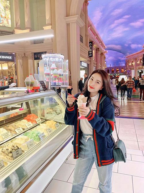 Bảo Thy thưởng thức kem khi du lịch ở Mỹ.