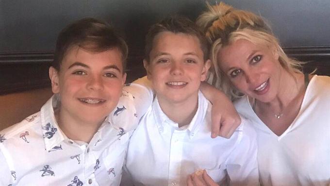 Britney bên hai con trai: Sean Preston (trái) và Jayden (giữa).