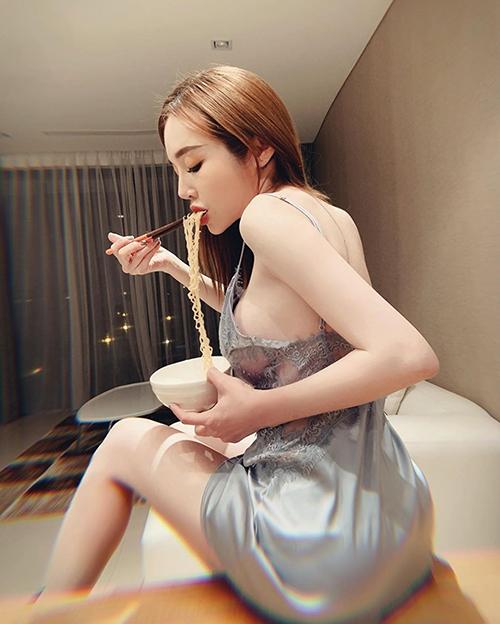 Elly Trần diện áo lả lơi khi ăn mì. Ở góc chụp nghiêng, nhiều khán giả nhận xét trông cô giống Kỳ Duyên.