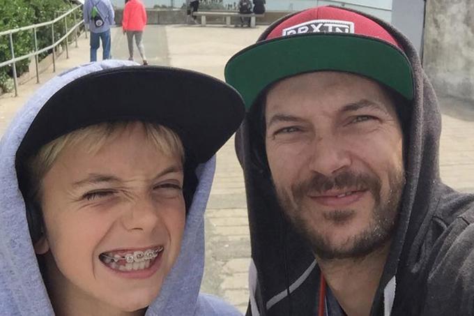 Jayden đang ở cùng bố (phải).