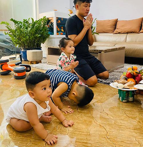 Hải Băng chia sẻ khoảnh khắc đáng yêu của ông xã Thành Đạt bên ba con: Hình ảnh hôm cúng vía ông thần tài. Cả gia đình ai cũng rất thành tâm và tập trung. Thành tâm nhất là con trai lớn của mẹ... vái khí thế xin bớt bị ăn đòn lại.