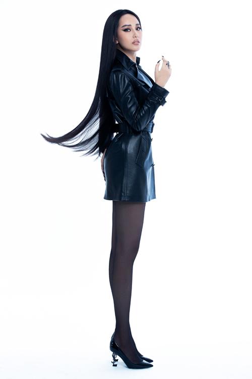 Trang phục tông đen với nhiều kiểu dáng hợp mốt được lựa chọn để giúp Mai Phương Thúy lột xác về phong cách thời trang.