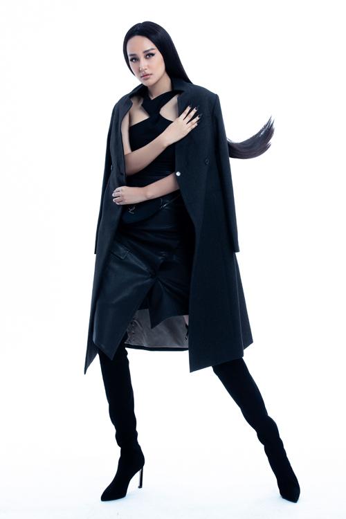 Góp phần mang tới làn gió tươi mới cho phong cách thời trang của Mai Phương Thúy là sự công tác của stylist Kye Nguyễn.
