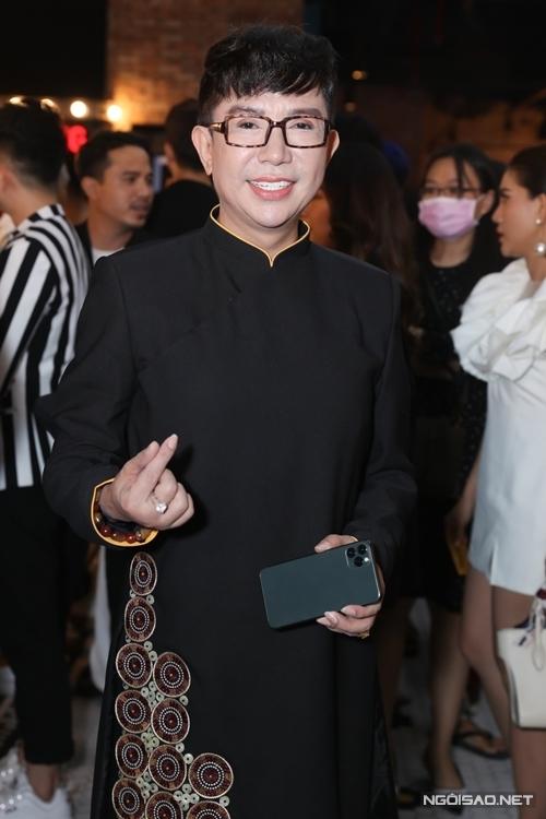 Ca sĩ Long Nhật tới xem phim và chúc mừng thành quả của các đồng nghiệp thân thiết.