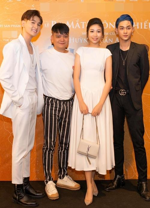 Diễn viên Trịnh Tú Trung (thứ hai từ trái qua) và hoa hậu hoàn vũ nhí Ngọc Lan Vy vào vai hai người con của NSND Hồng Vân trong phim. Diễn viên trẻ Minh Khải (trái) vào vai con của nghệ sĩ Hồng Đào trong phim.