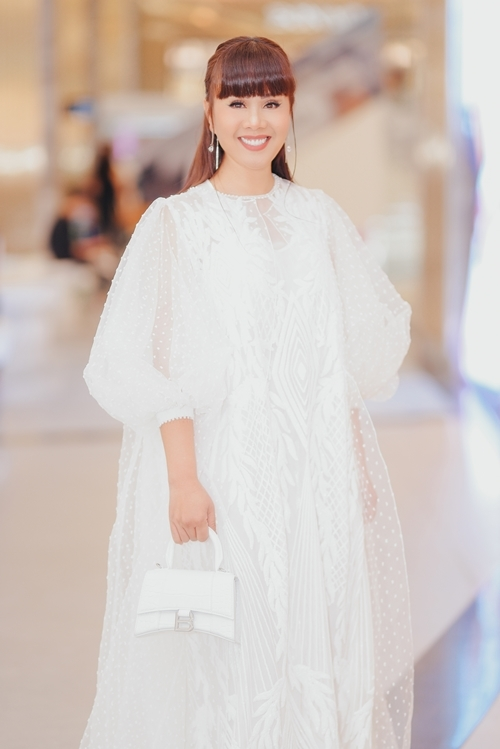Hoa hậu quý bà - NTK - doanh nhân Hằng Nguyễn là nhà đầu tư, đồng thời sắm một vai phụ trong dàn phi tần của vua Thiệu Trị.